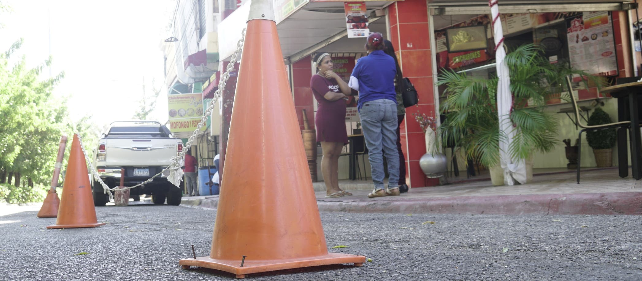 Negocios y buscones se adueñan de las calles; marcan un límite de propiedad