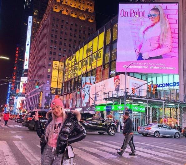 Alexandra Hatcu, la ex de Mozart La Para, en las pantallas de Times Square