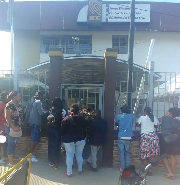 Cientos de personas se quedan sin duplicado de cédula en San Cristóbal