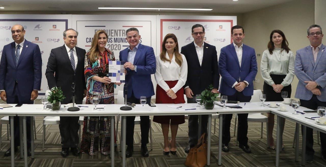 Carolina Mejía presenta su plan de gestión a  empresarios