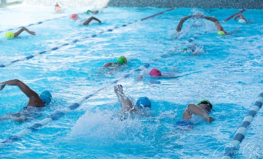 Cientos de personas nadan por una sociedad en valores
