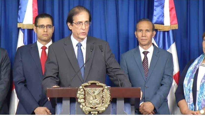 Gustavo Montalvo rehúsa hablar sobre caso directora del Plan Social