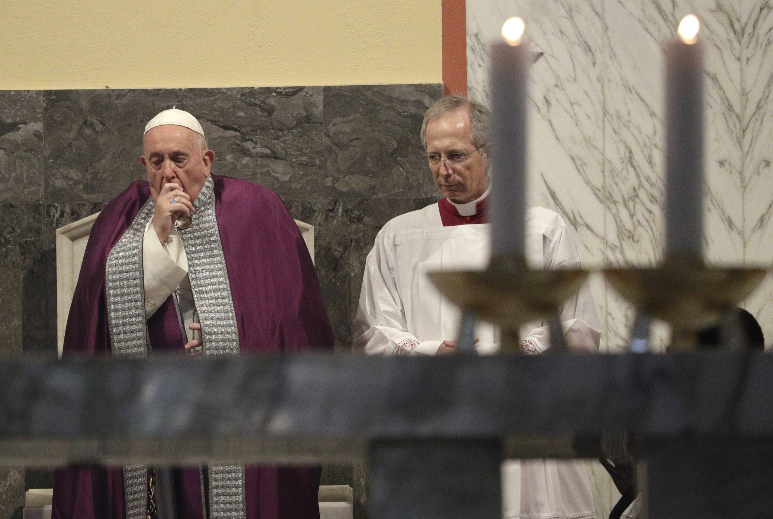 Papa sufre posible resfriado por 2do día, cancela audiencias