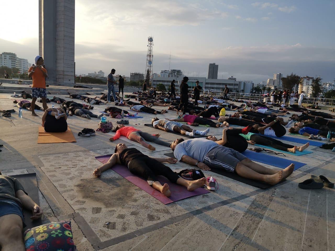 Cientos de personas practicaron  yoga tempranito  en la Plaza de la Bandera