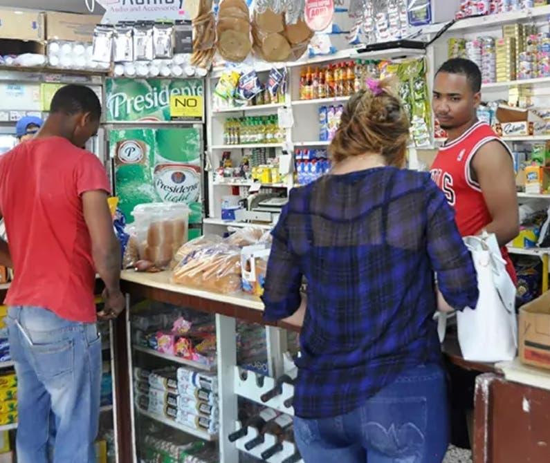 El 67.9% de los hogares compra en los colmados