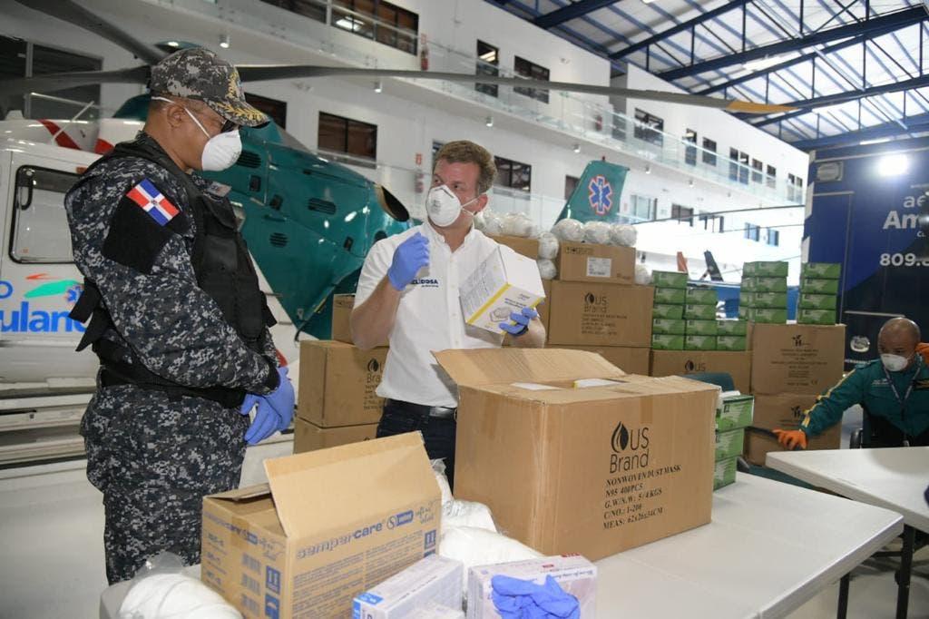 Gonzalo dona mascarillas y equipo de protección a la Policía