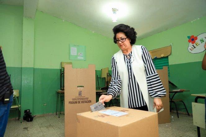 La senadora Cristina Lizardo ejerció su voto en la escuela Patria Mella