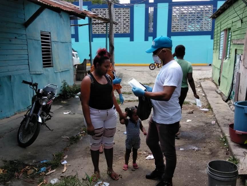 Barrios ponen en practica su ingenio y creatividad para protegerse del COVID 19