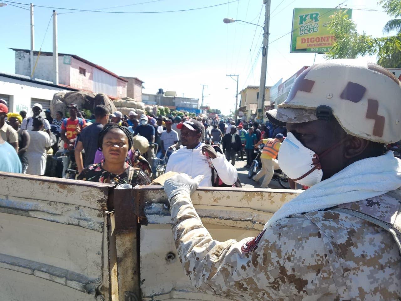 Haitianos se agolpan en la frontera para comprar en Dajabón