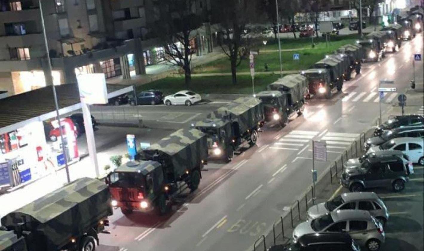 Camiones del Ejército sacan decenas de féretros desde Bérgamo para incinerar