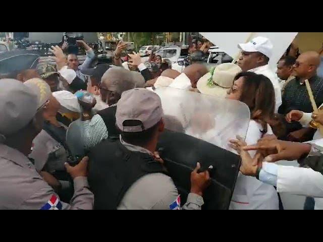 Enfrentamiento entre médicos y policías en marcha al Palacio Nacional