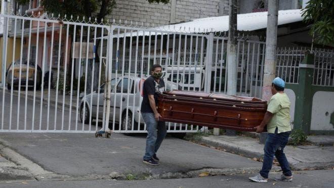Dominicanos que mueren de coronavirus en Estados Unidos son sepultados en fosas comunes