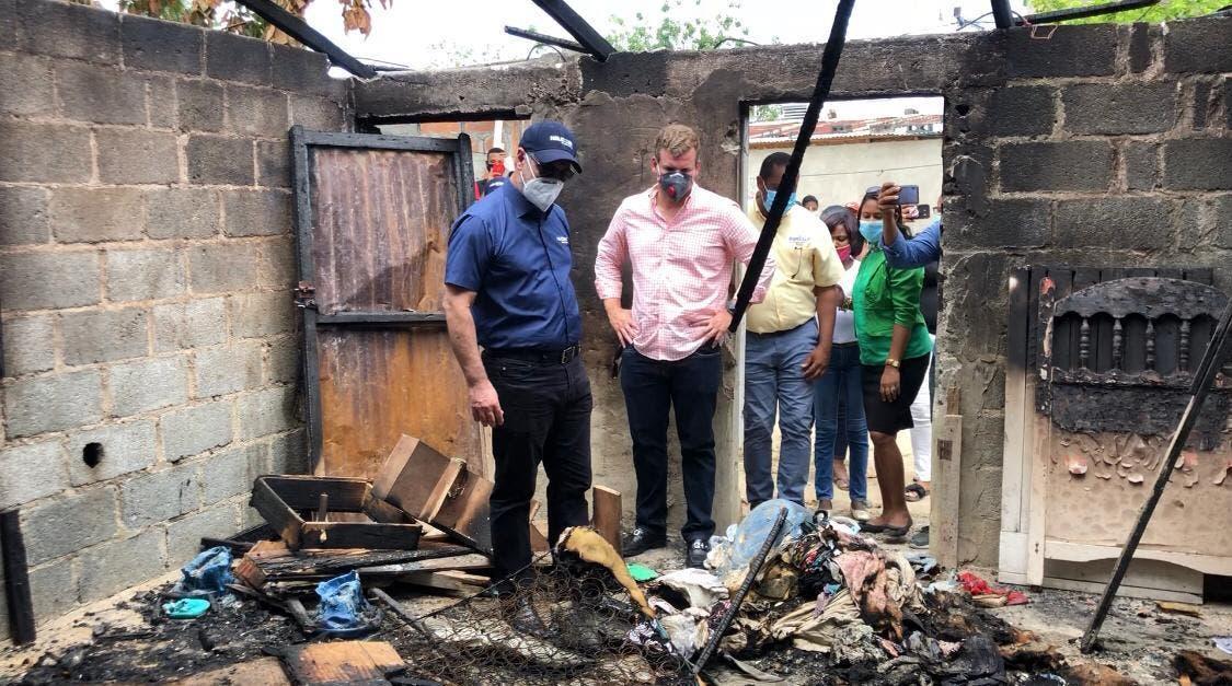 Gonzalo Castillo promete reconstruir 4 viviendas quemadas  en Los Girasoles y Cristo Rey