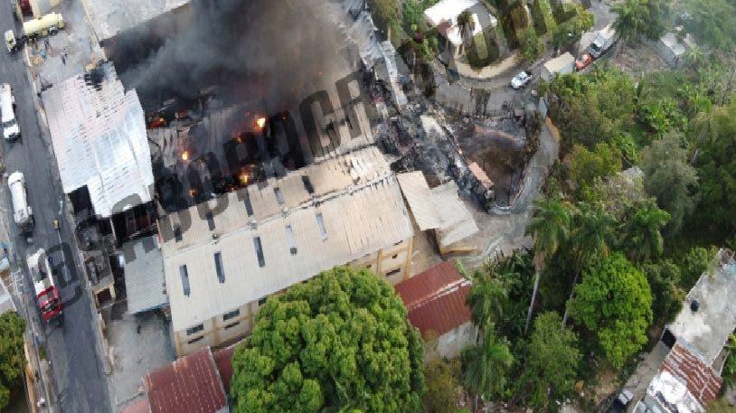 Incendio que afecta fábrica de plástico en Bayona está controlado en 90%