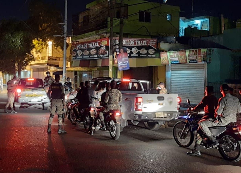 977 personas fueron detenidas por violar toque de queda