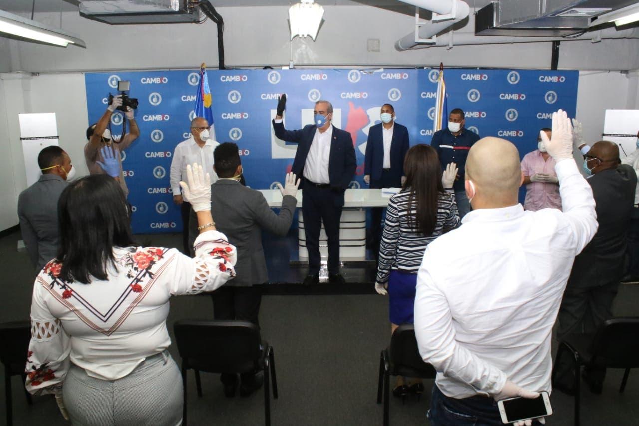 Luis Abinader juramenta en el PRM a 5 regidoresy dirigentes de otros partidos