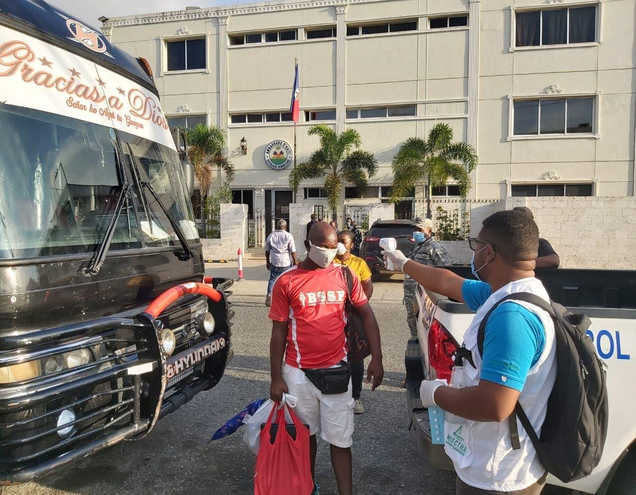 Autoridades detienen y deportan a más de 3,800 haitianos