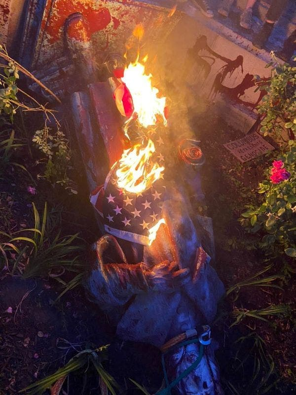 Manifestantes derriban estatua de Colón en Virginia y la tiran a un lago