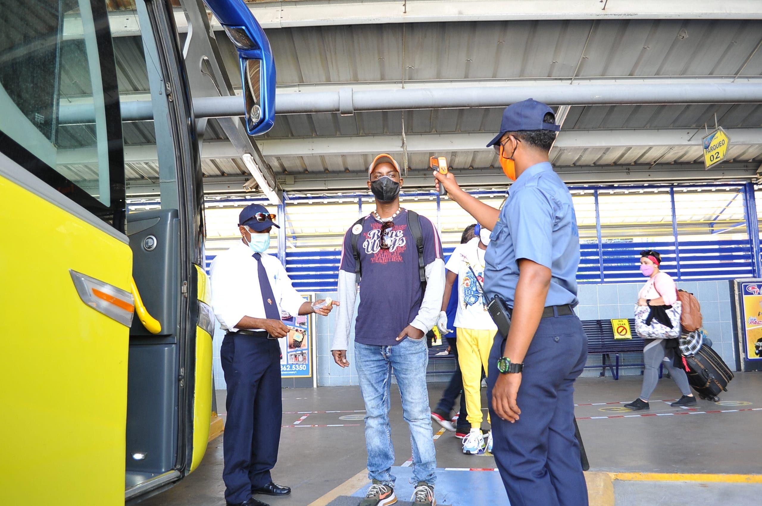Gran afluencia de viajeros en paradas autobuses