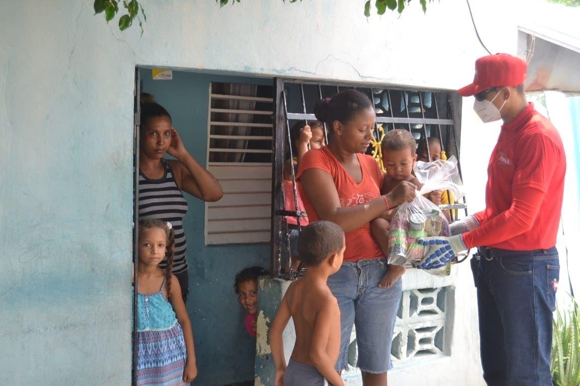 La Famosa dona alimentos en Peravia