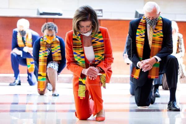 Demócratas se arrodillan durante casi 9 minutos en Congreso en honor a Floyd