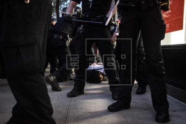 Imputan dos policías que empujaron a un anciano en Buffalo durante protesta