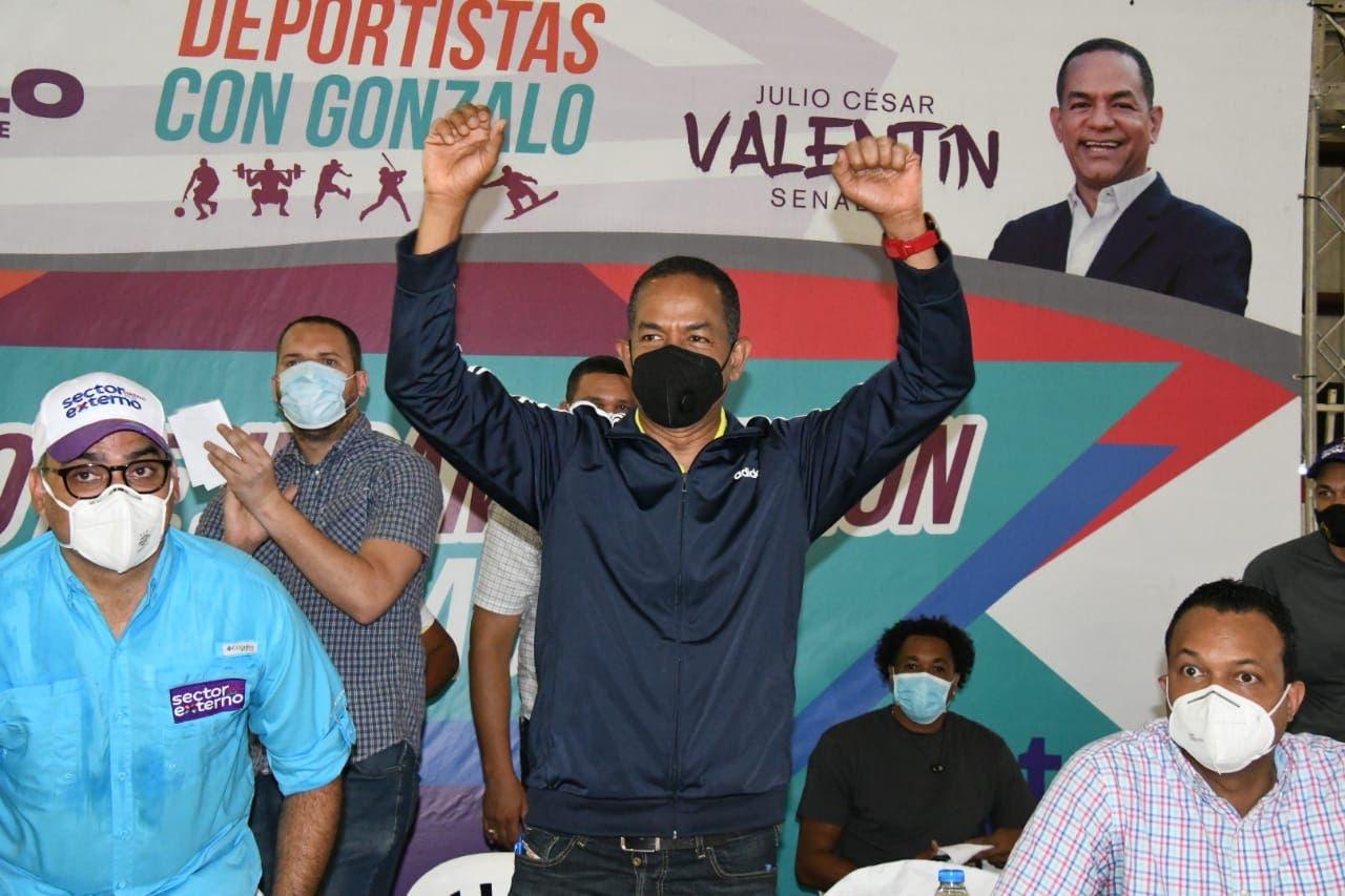 Deportistas de Santiago apoyan a Julio César Valentín como candidato a senador