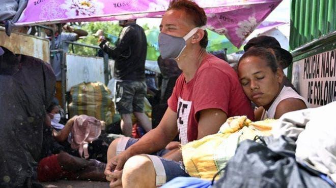 «Crucé todo un país a pie para nada»: los venezolanos que intentan regresar a su país y cuyo gobierno ahora les restringe la entrada