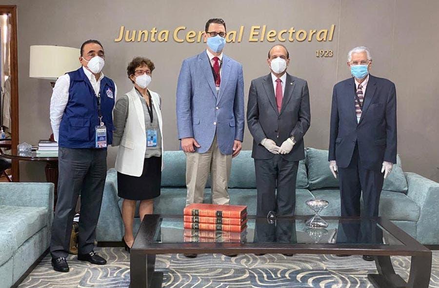 Pleno JCE recibe a representante de la Misión de Observación Electoral de IFES para Elecciones del 5 de julio