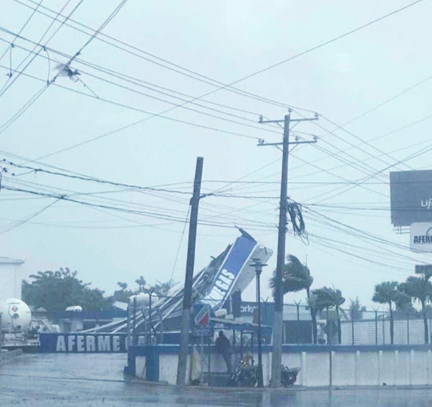 Fuertes vientos de tormenta Isaías derriban árboles, letreros y postes eléctricos en Puerto Plata