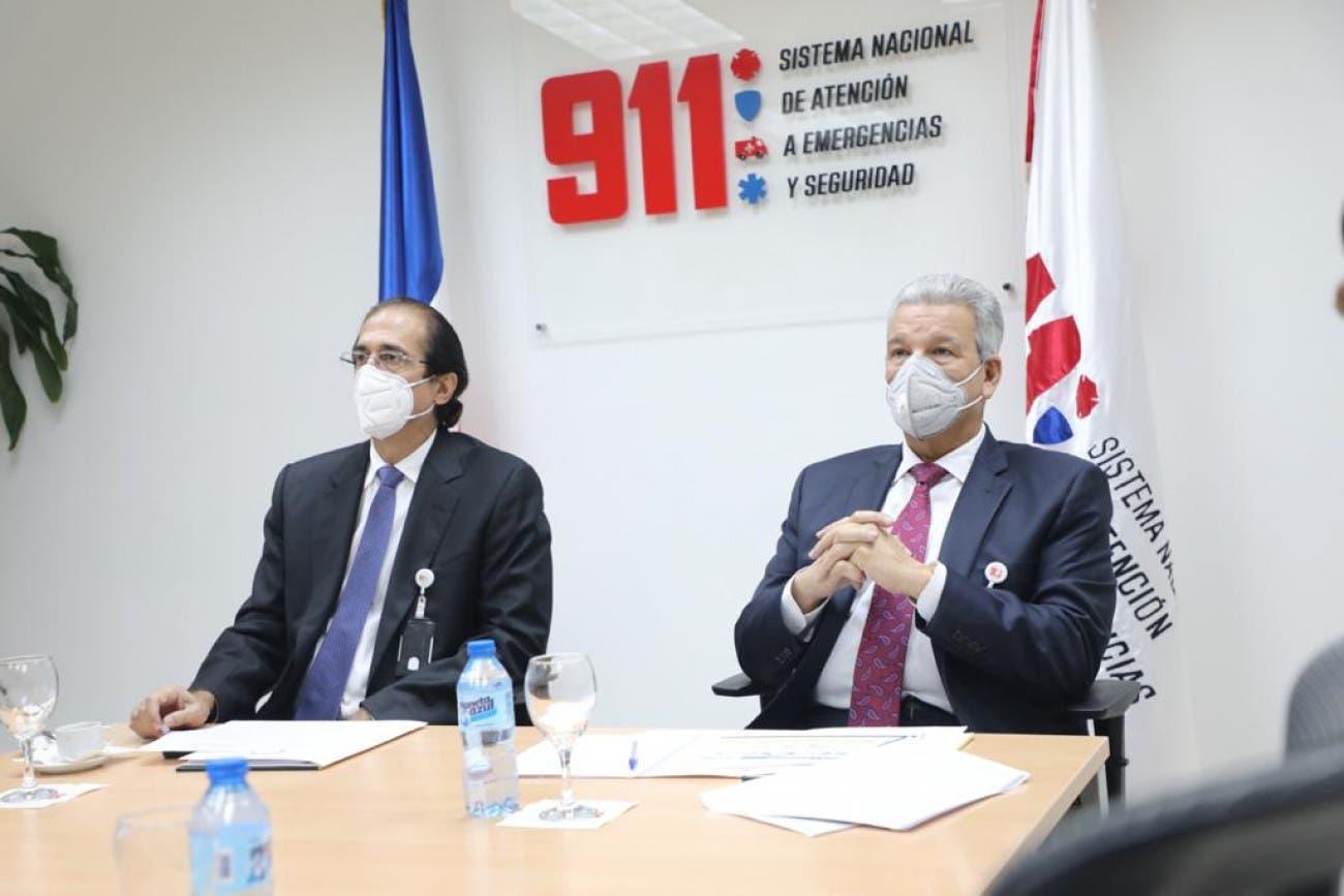 Gustavo Montalvo muestra el Sistema 911 a su relevo, Lisandro Macarrulla