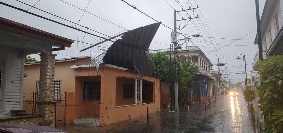 Vientos huracanados de Isaías causaron destrozos de viviendas y derribaron árboles en vías de Puerto Plata