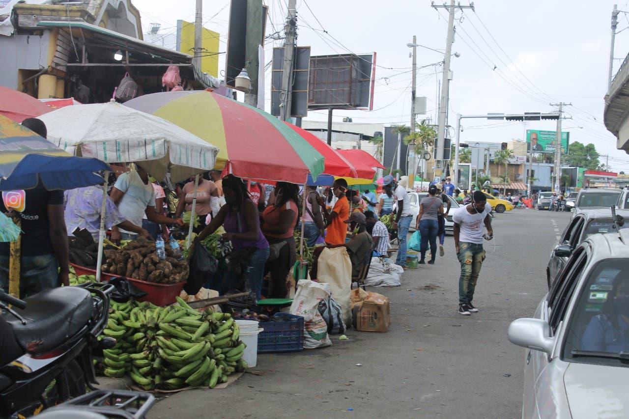 Ocupación de espacios públicos en Villa Mella obstaculiza tránsito vehicular y peatonal