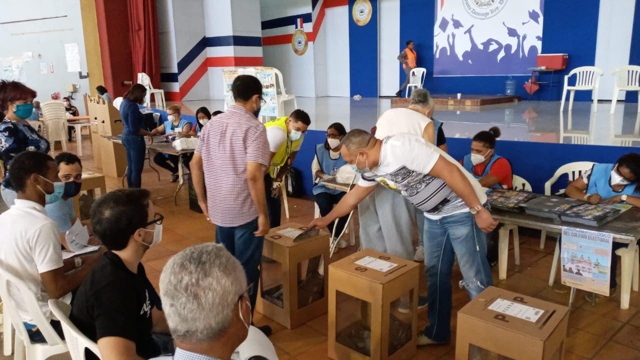 Mil colegios electorales no habían iniciado dos horas después