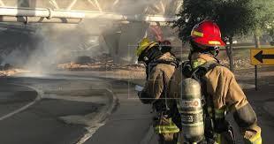 Tren se descarrila sobre un puente en EE.UU y causa un aparatoso incendio