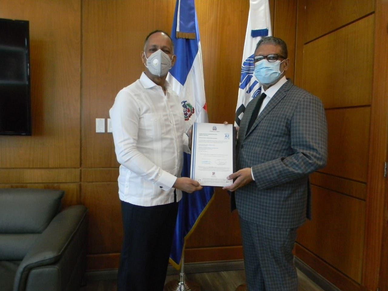 INPOSDOM recibe certificado de reconocimiento
