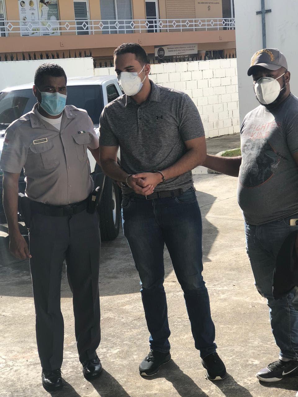 Trasladan de Fiscalía DN a Unidad de Violencia de Género hombre que lanzó café caliente a una empleada