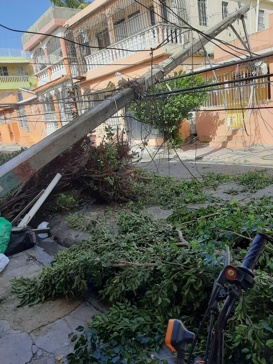 Barrio Katanga en Los Mina sin energía eléctrica tras paso de tormenta tropical Laura