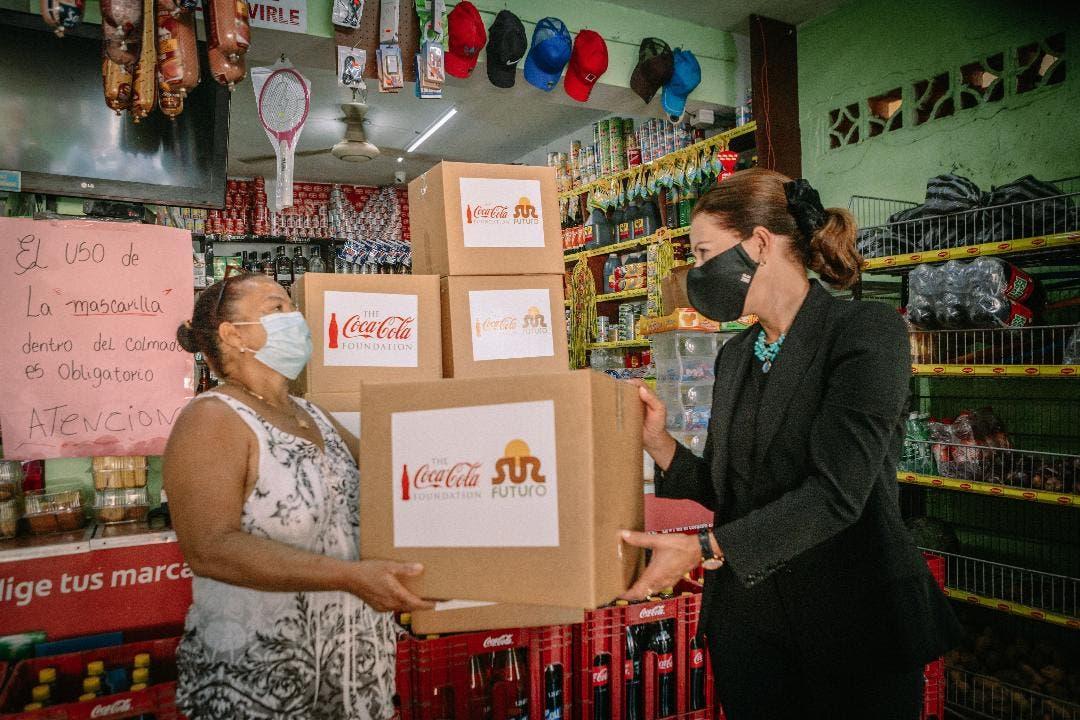 Sur Futuro y Fundación Coca-Cola ayudan familias a través de colmados