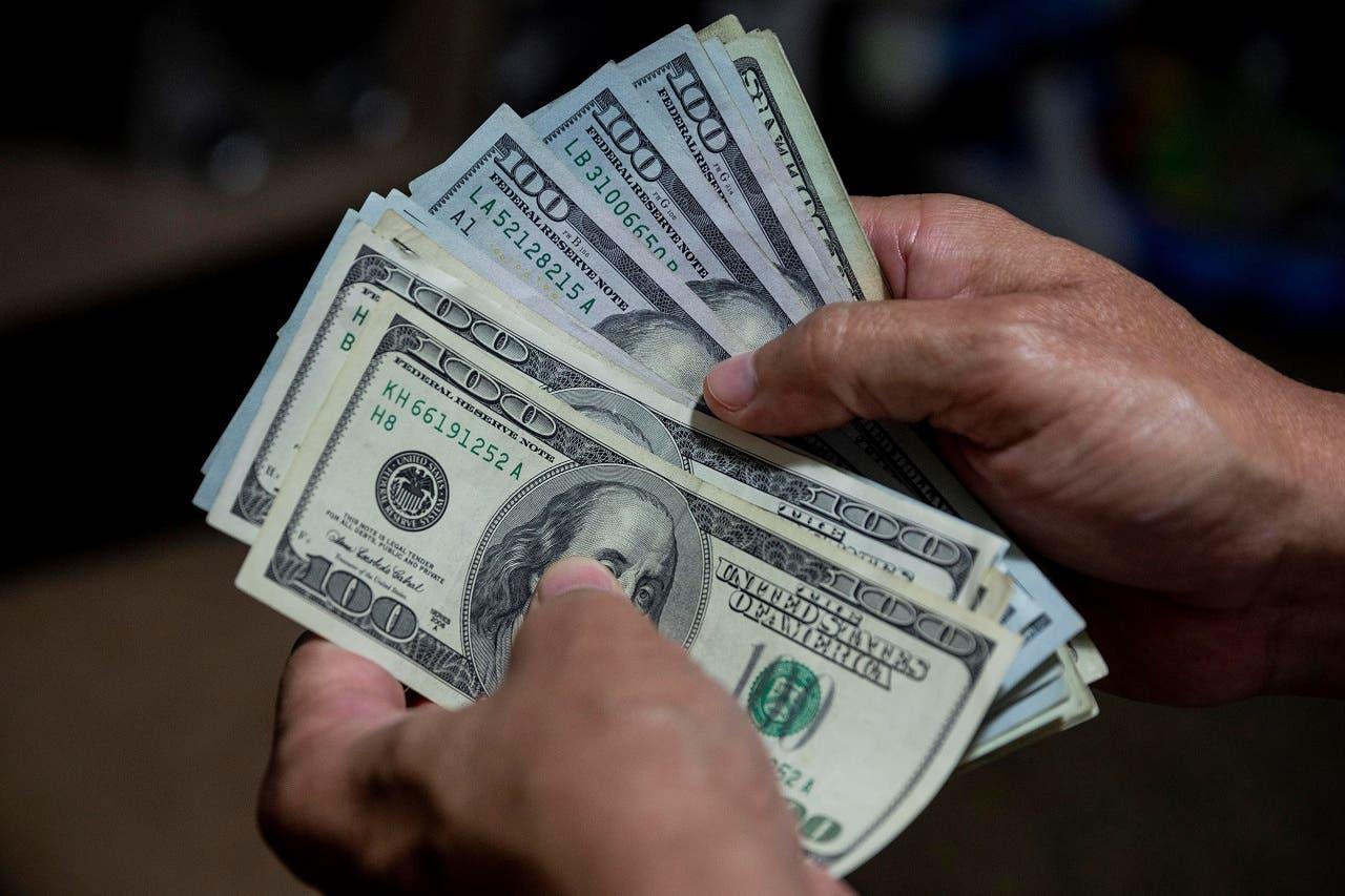 Crédito al sector público se ha contraído y aumenta ahorros en dólar