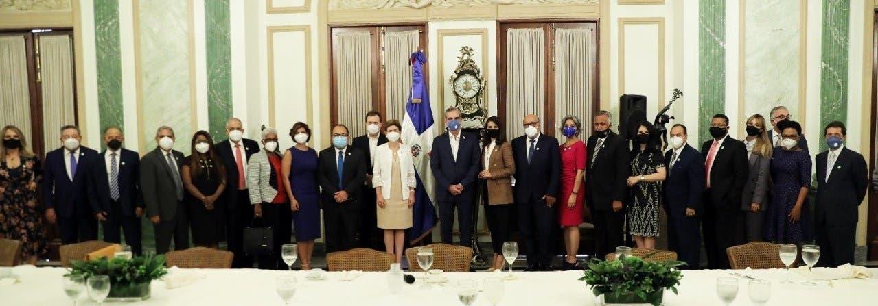 Presidente Luis Abinader se reúne con líderes de opinión