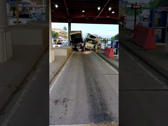 Dos camiones quedan atascados al intentar por el peaje del KM 25 de la Autopista Duarte