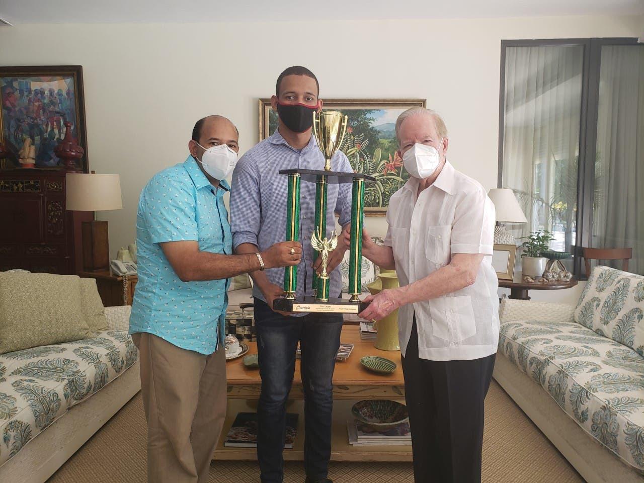 Pepín Corripio ratifica su apoyo al ajedrez y felicita al campeón de la Copa Corripio Josue Araujo Sánchez.