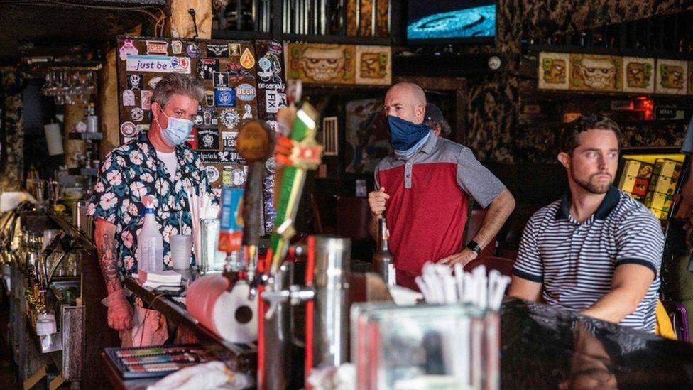 Mujer de EEUU desata contagio masivo en Alemania al ir de bares en cuarentena
