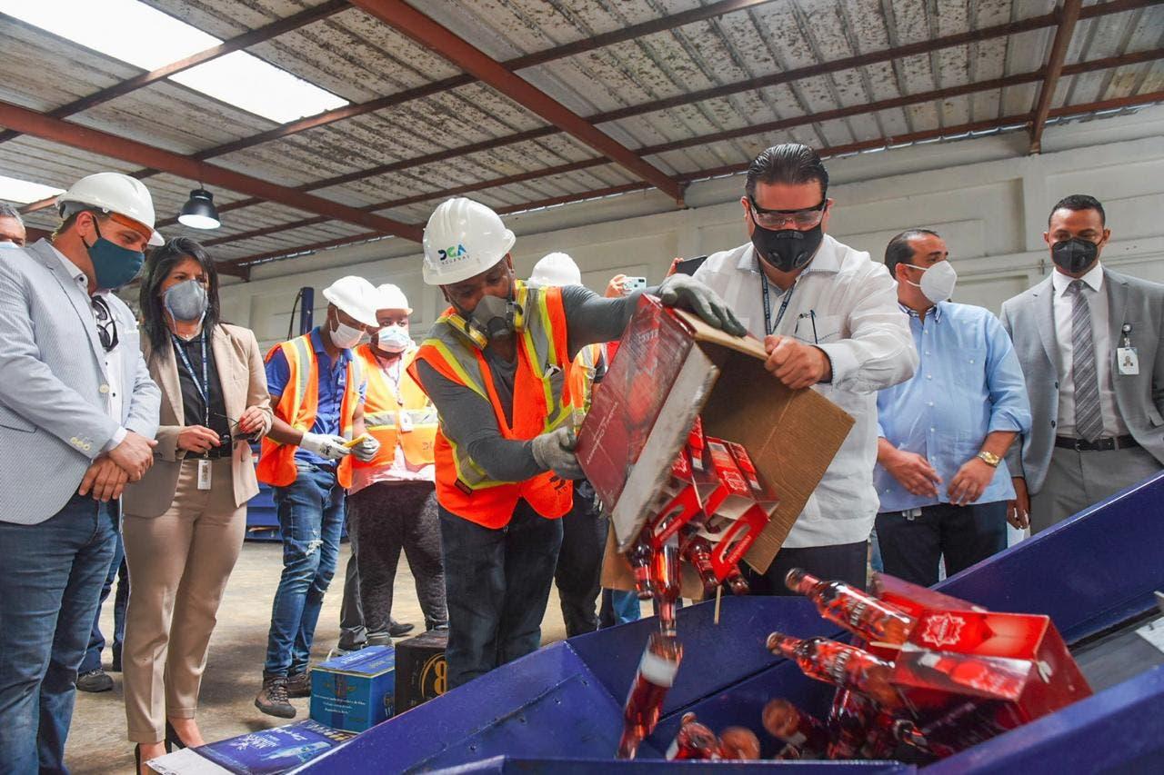 Aduanas destruye 109,253 botellas de diferentes marcas alcohol