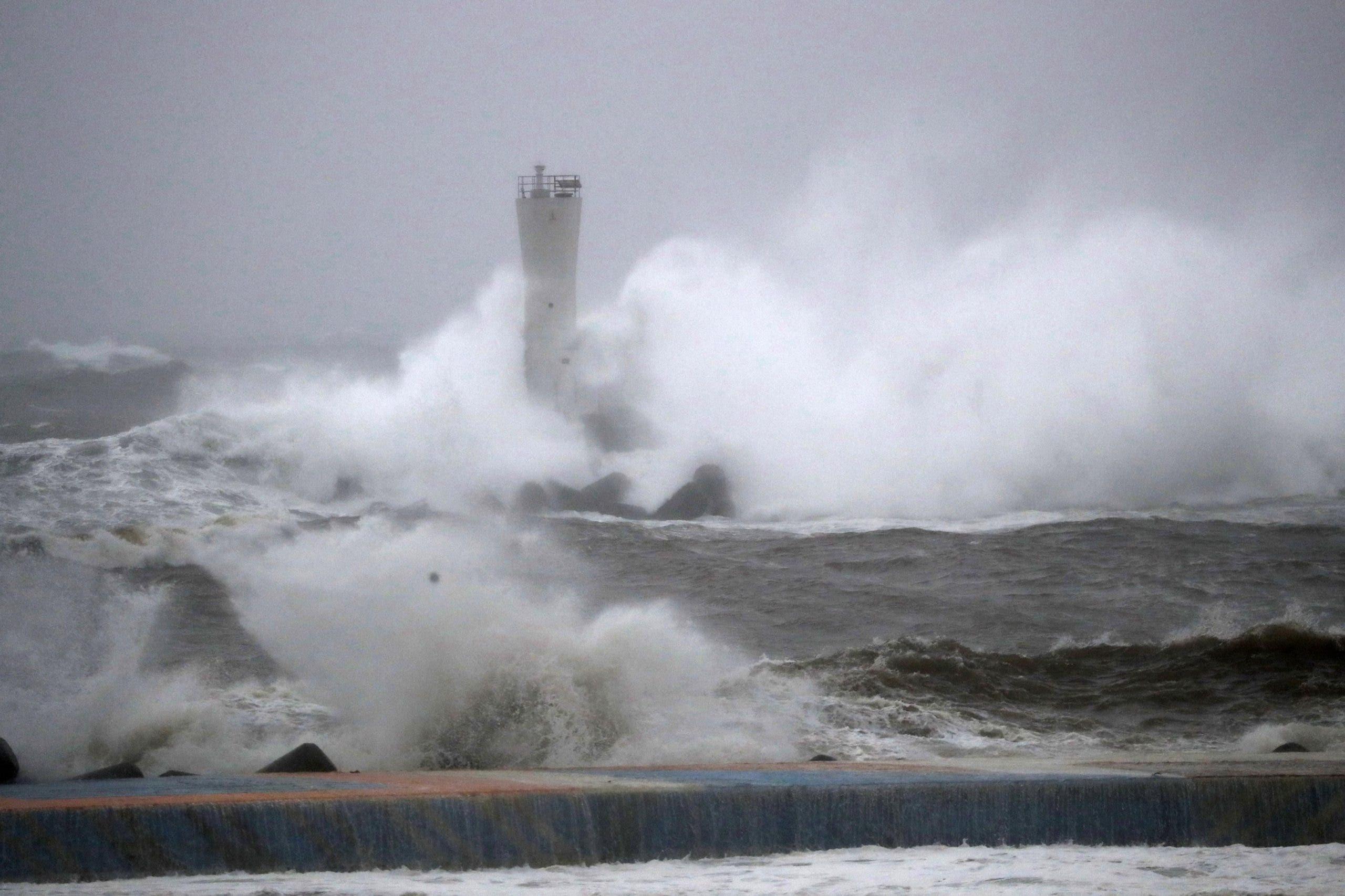 Al menos 4 desaparecidos y medio centenar de heridos en Japón por tifón