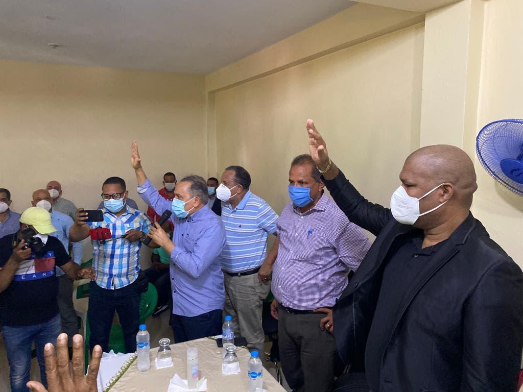 Alcalde de Arenoso y director municipal de Sabana Grande renuncian al PLD y pasan a la Fuerza del Pueblo