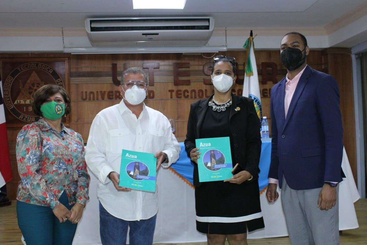 Funglode inicia en Azua entrega de libros RD2044