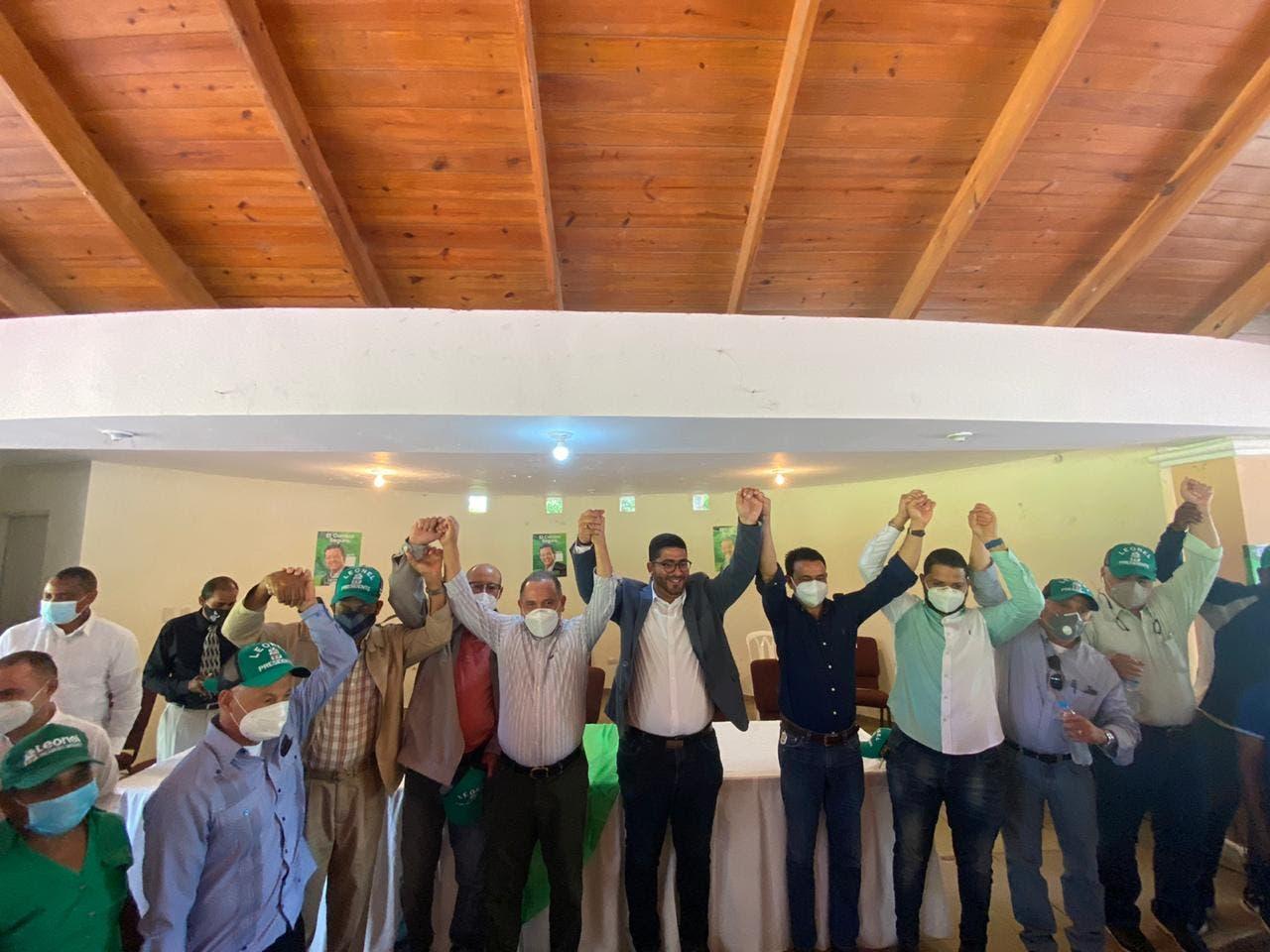 Juramentan en la FP al expresidente del PLD en Espaillat y a otros expeledeístas