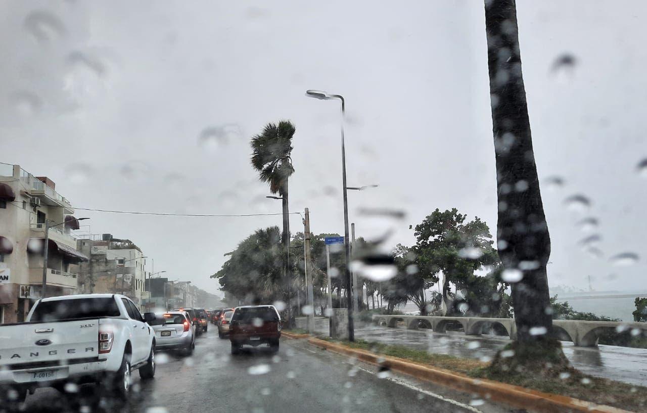 Meteorología prevé aguaceros para hoy por incidencia de vaguada y onda tropical
